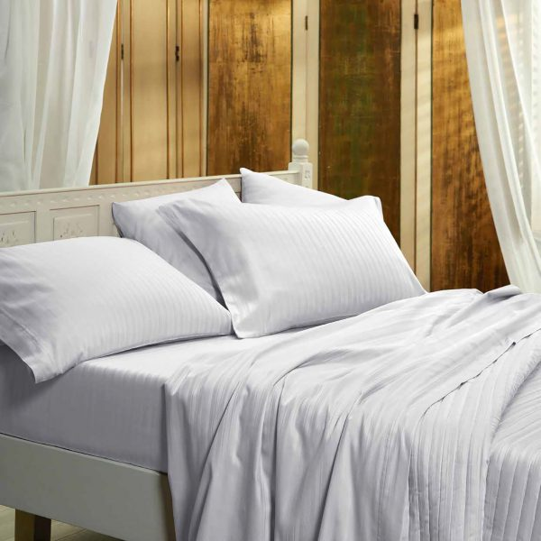 juego de sabana blanca en dormitorio