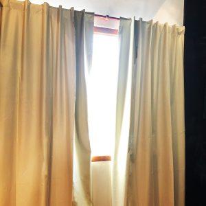 Habitacion con cortina blackout color beige