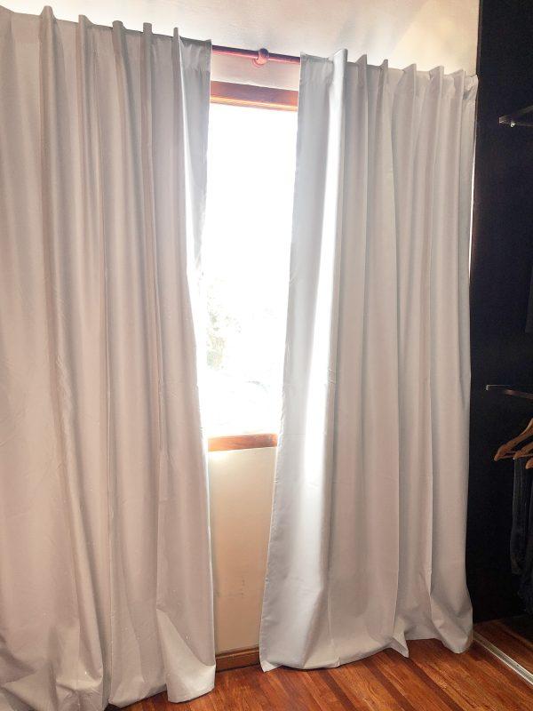 Habitacion con cortina blackout color blanco