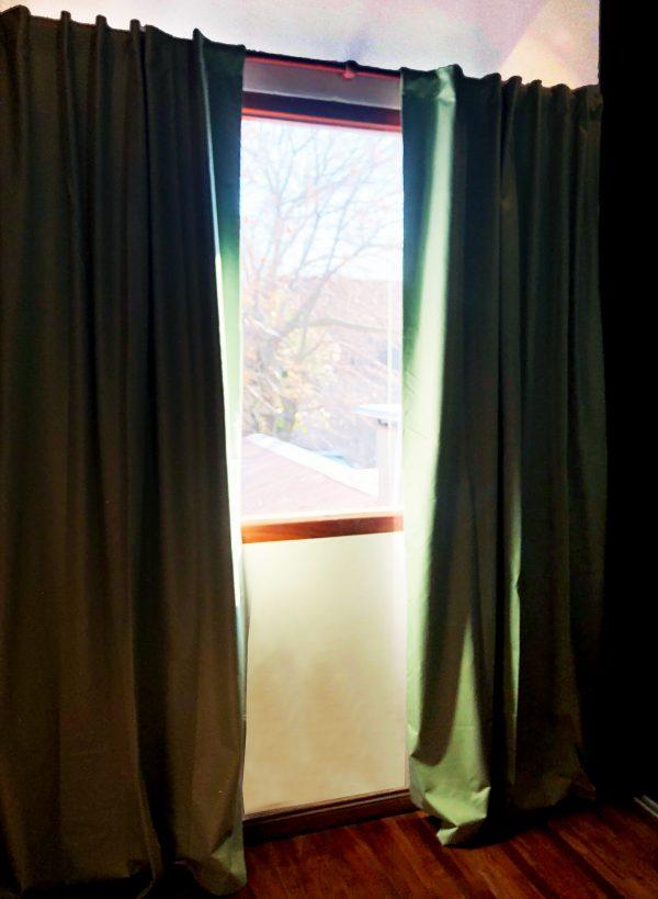 Habitacion con cortina blackout abierta color verde malva