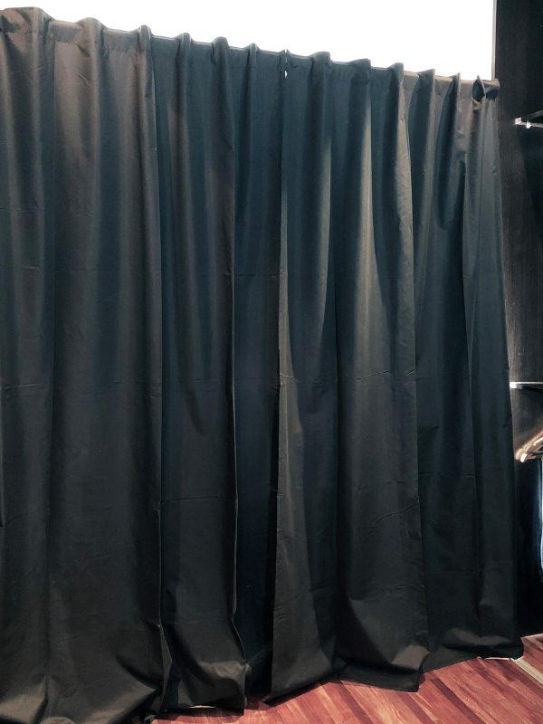 Habitacion con cortina blackout cerrada color negro