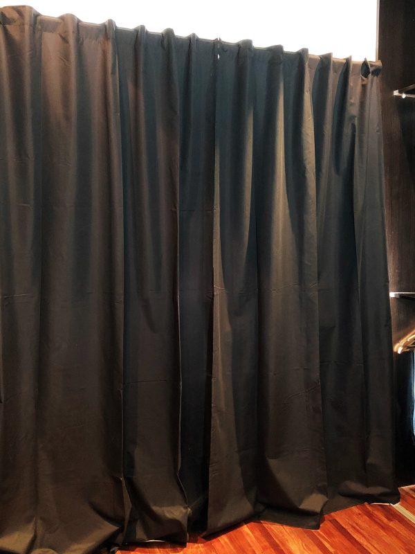 Habitacion con cortina blackout cerrada color negra