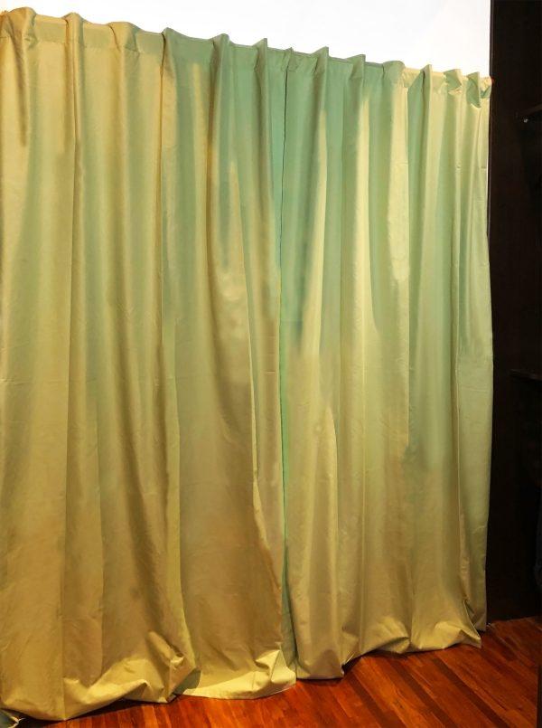 Habitacion con cortina blackout cerrada color verde malva