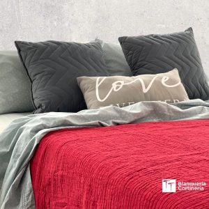 Cama con una Colcha Rustica Sweet Home - Rojo