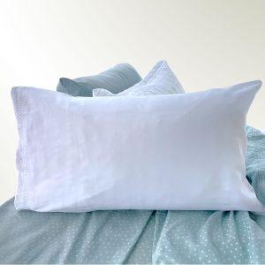 Funda de almohada doblada en rectangulo blanca