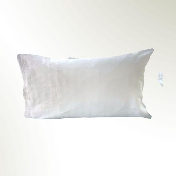 Funda de almohada doblada en rectangulo blanco